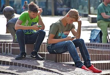 Teenies surfen mit dem Handy