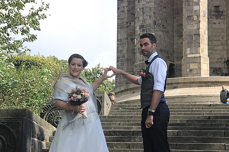 Hochzeitspaar formt ein Herz mit den Händen