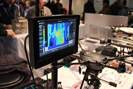Monitor, im Hintergrund Drohne
