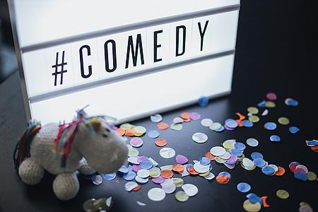 """Lightbox mit der Schrift """"Comedy"""""""