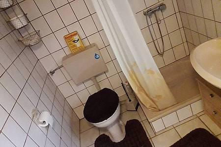 Altes und hässliches Badezimmer