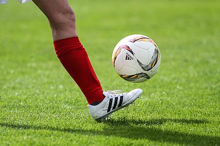 Fuß kickt einen Fußball