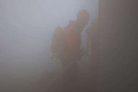 Feuerwehrmann in dichtem Qualm
