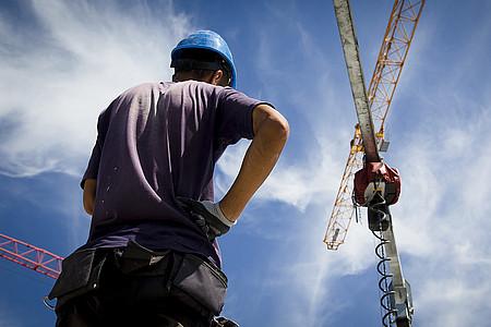 Bauarbeiter vor Kran
