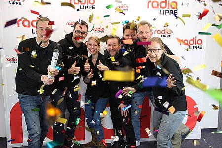 Radio Lippe Team schmeißt Konfetti wegen der guten Quoten
