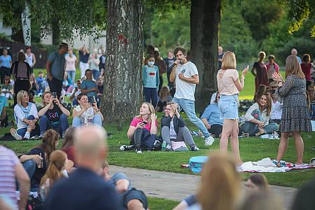 Max Giesinger läuft durch Publikum im Bürgerpark Bielefeld