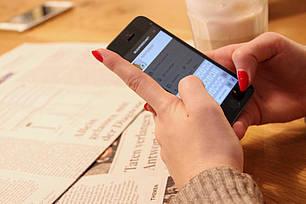 Frau surft auf Ihrem Smartphone