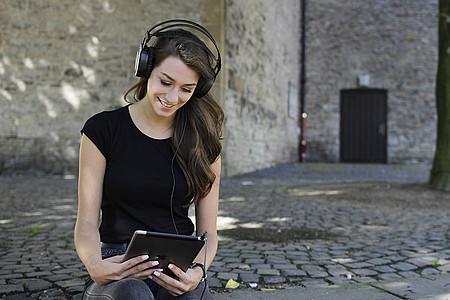 junge Frau hört Musik über Kopförer