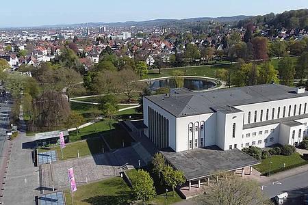 Blick auf die Rudolf-Oetker-Halle und den Oektkerpark, sowie die Bielefelder Innenstadt im Hintergrund