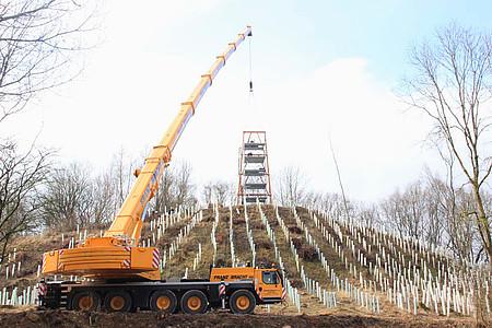 Der Aussichtsturm im Freilichtmuseum in Detmold auf dem Königsberg wird aufgebaut
