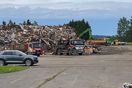 Lkw und Müllberge