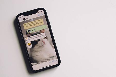 Smartphone mit WhatsApp geöffnet