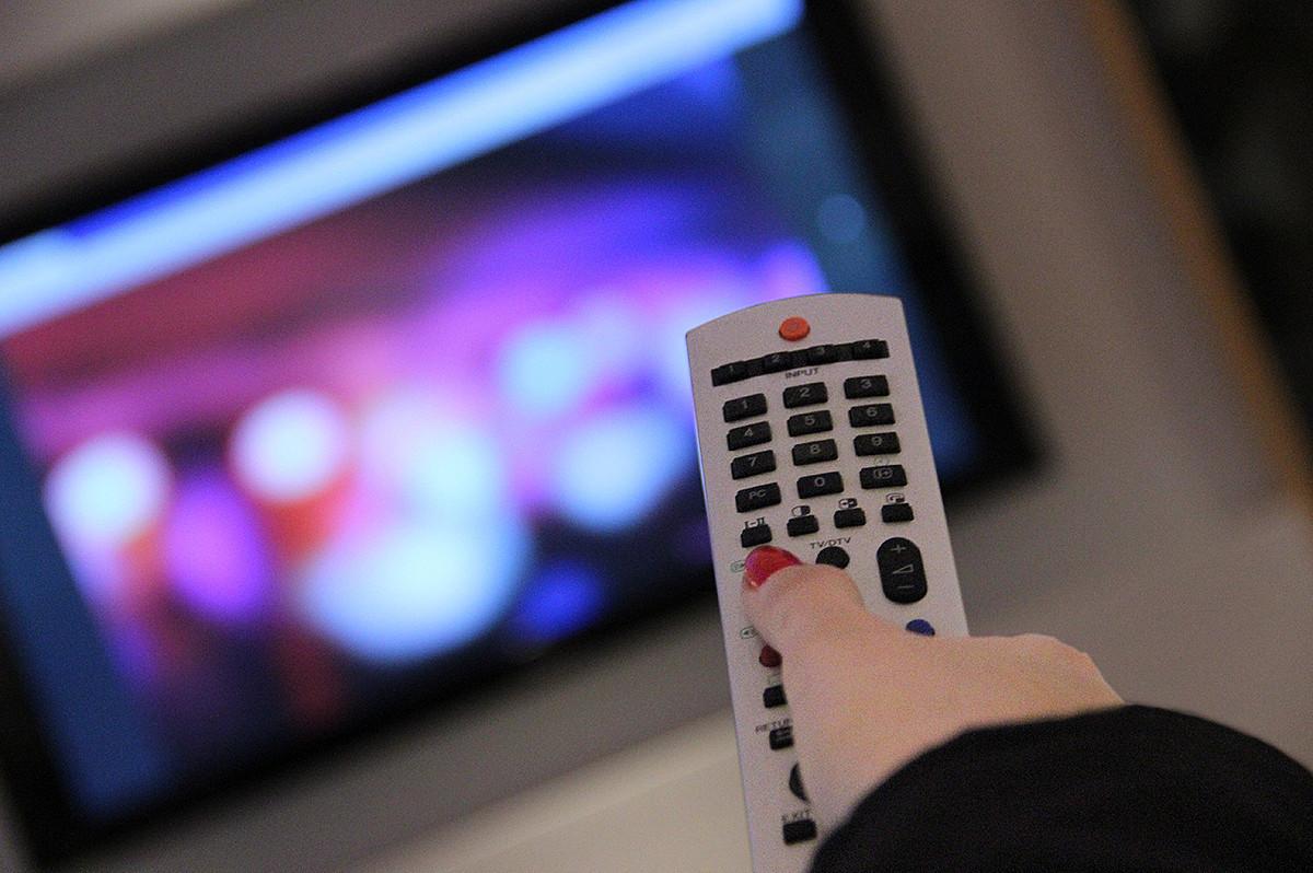 Fernbedienung zielt auf den Fernseher