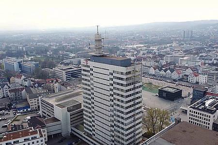 Im Vordergrund steht das Telekom-Hochhaus daneben sind die Dächer der Häuser aus der Bielefelder Innenstadt zu sehen