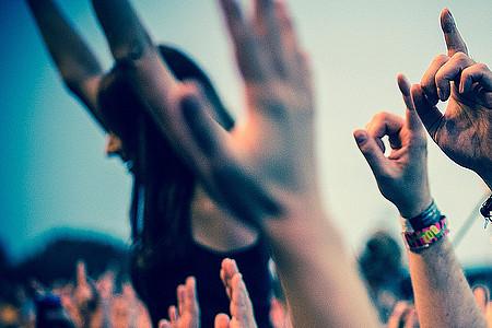 Jubelnde Hände beim Konzert