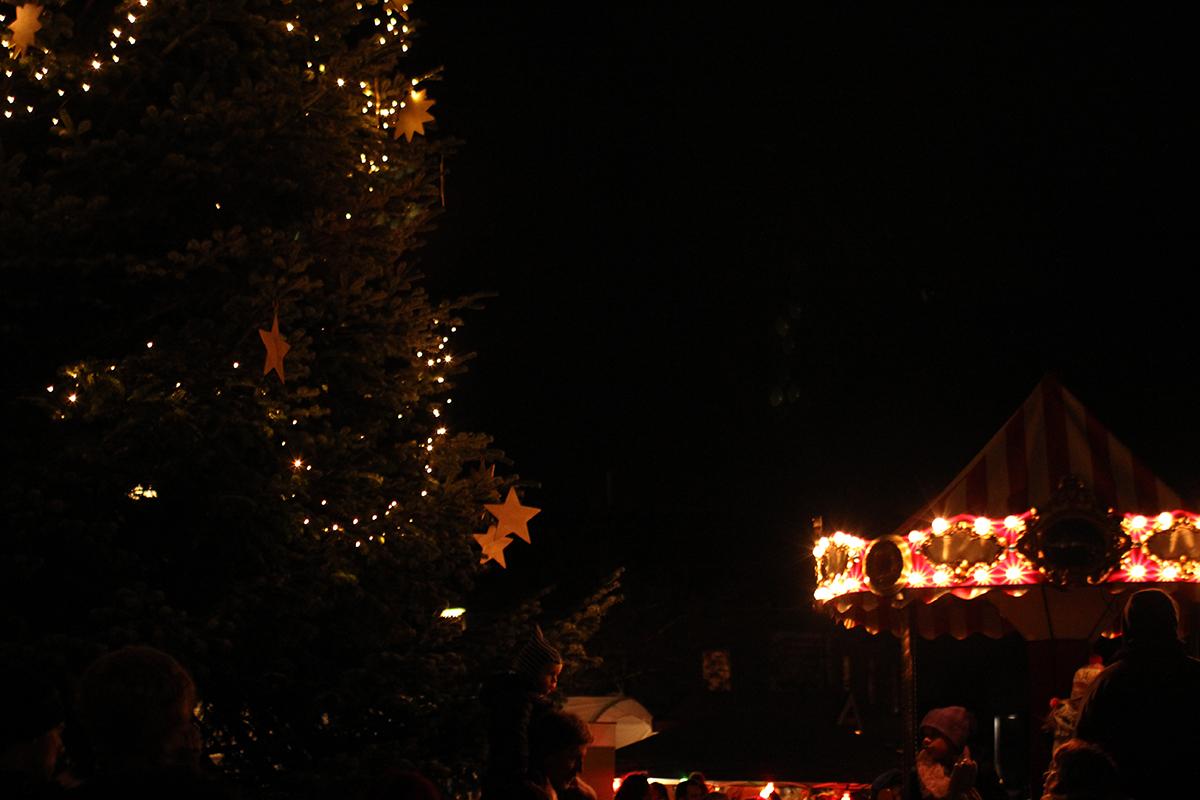 Weihnachtsmarkt_dunkel_Baum_Karussell