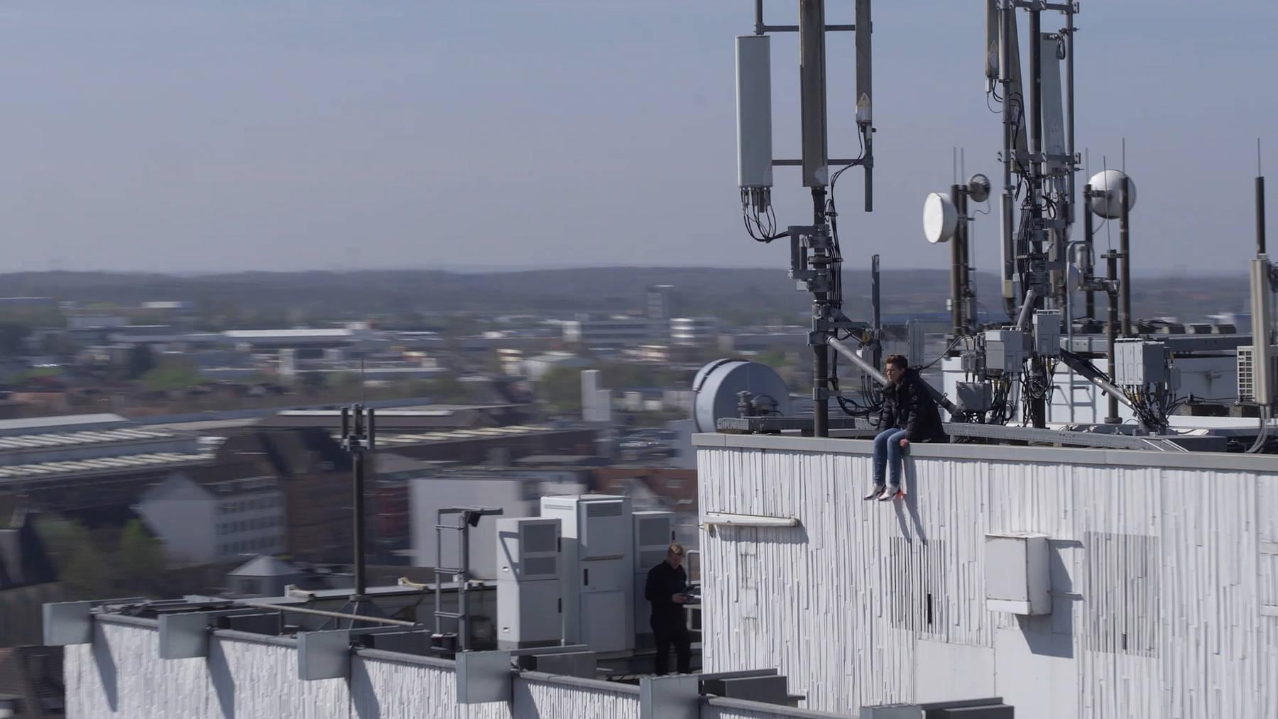 Die Schauspielerin Christina Huckle sitzt auf dem Dach des Arosa Hotels